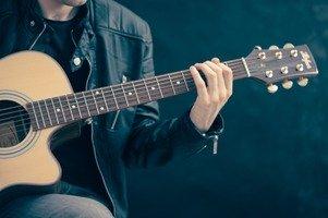 Mężczyzna uczy się niemieckiego poprzez słuchanie i granie niemieckich piosenek